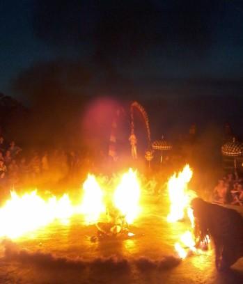 Kecak_fire_monkey_dance_uluwatu_temple