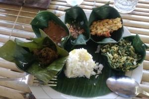 Plating_balinese_food